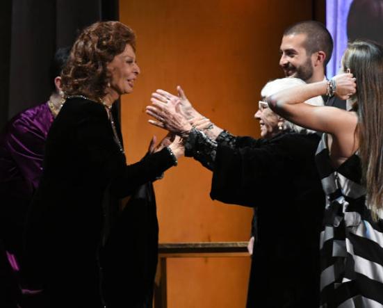 Lina Wertmuller Oscar alla carriera, festeggiamenti sul palco con Sophia Loren e Isabella Rossellini (FOTO)