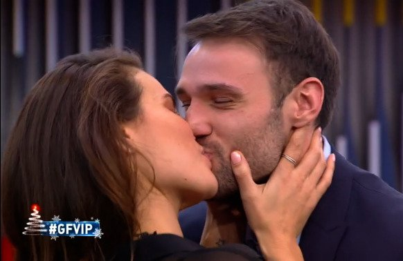 GF Vip Nomination di ieri sera, lunedì 28 dicembre 2020. Dayane bacia Andrea Zenga