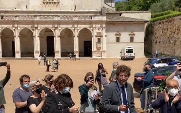 Don Matteo 13 Maria Chiara Giannetta e Maurizio Lastrico festeggiano il primo giorno di riprese VIDEO
